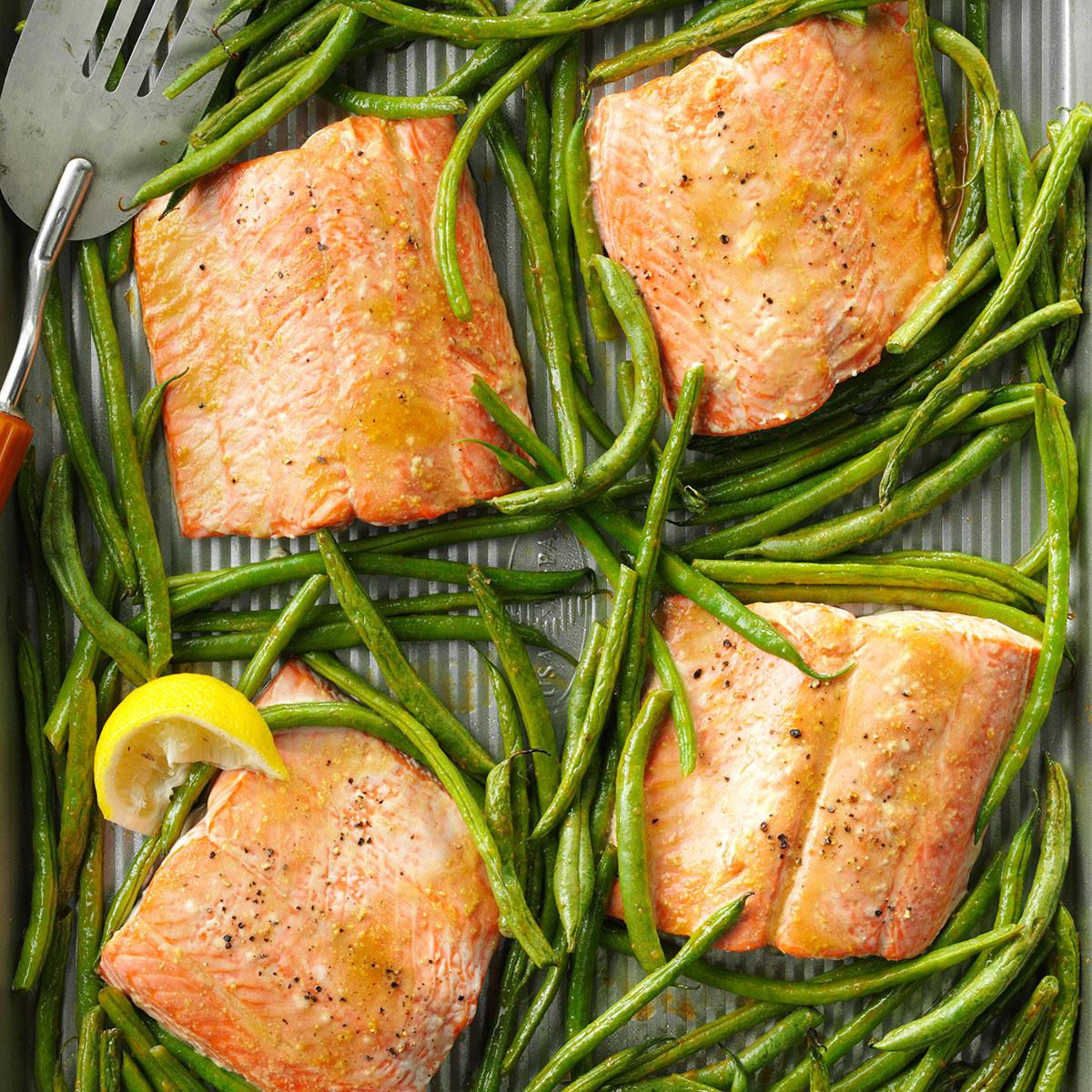 Foil-Cooked Salmon Over Pan-Cooked Green Beans